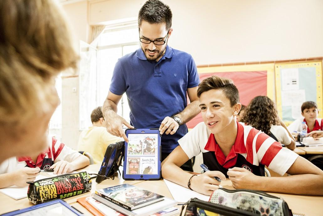 alumnos de secundaria dando clase en british school