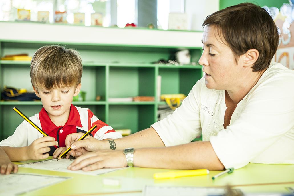 profesora con alumno infantil evaluación académica