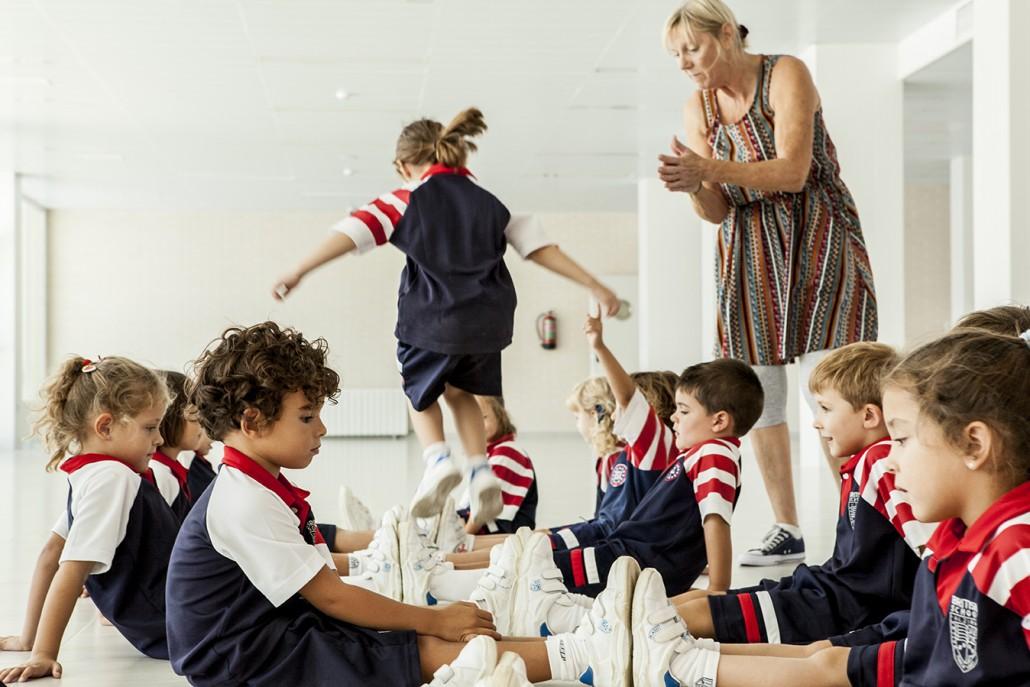 niños de edad infantil jugando en los pasillos de british school