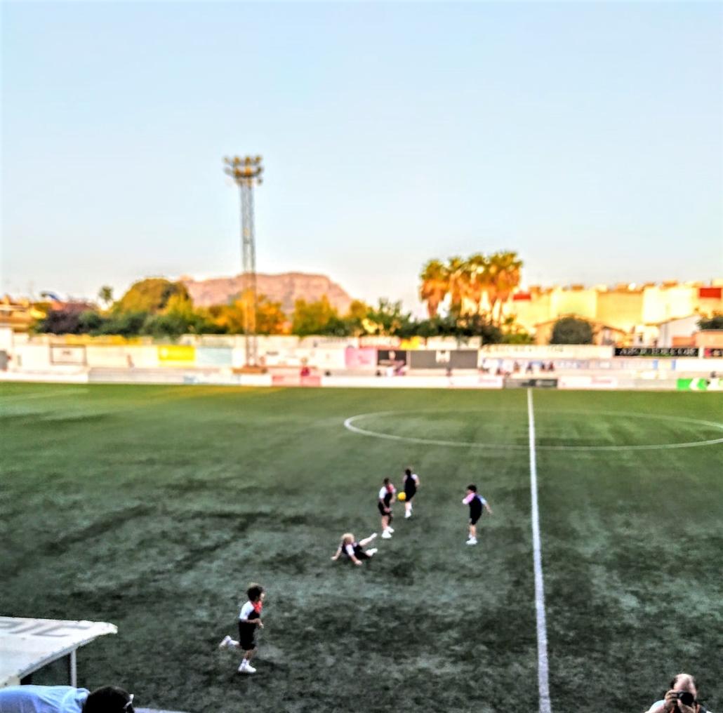 alumnos de BSX en el campo del CD Olímpic de Xàtiva